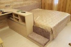 отделка кровати мягкими панелями фото1